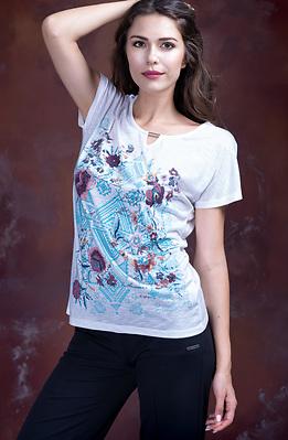 Бяла тениска с етно мотиви и цветя