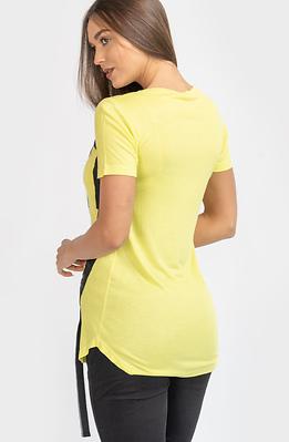 Тениска в жълто със щампа и ленти