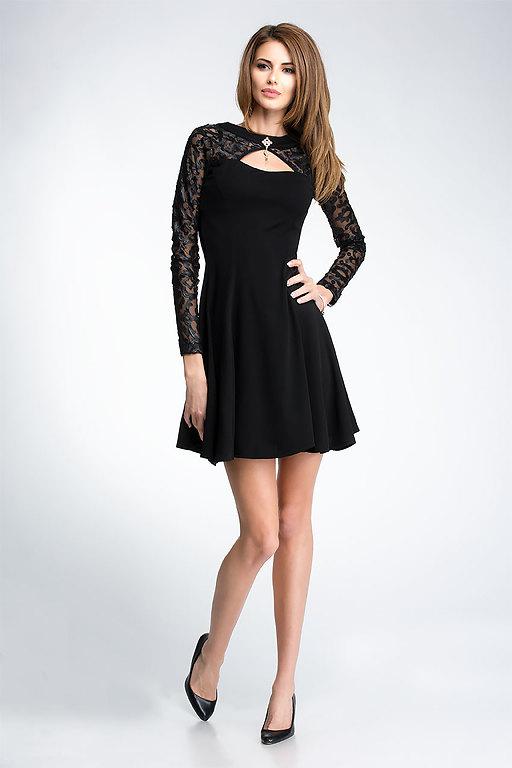 Разкроена рокля с дантелени ръкави