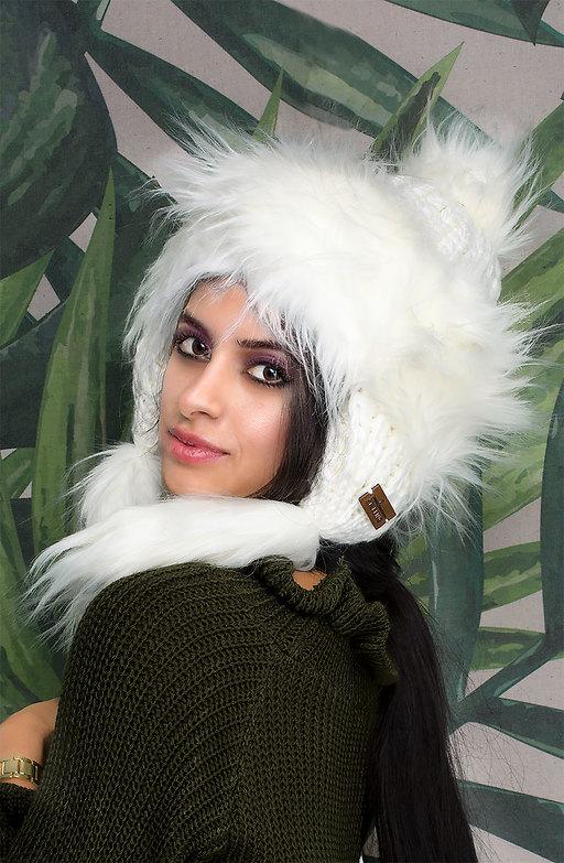 Шапка тип ушанка с еко косъм в бяло