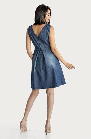 Разкроена дънкова рокля с V-образно деколте