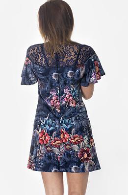 Къса рокля с деколте от дантела